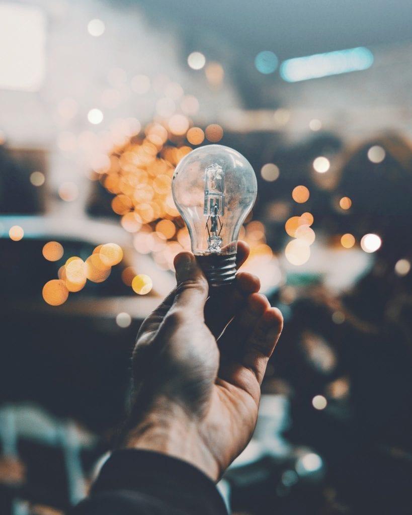Energieffektivisering - elpære i hånden