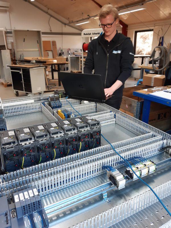 Rasmus som er i gang med at teste et PLC program, som kan bruges til robotter i industrien