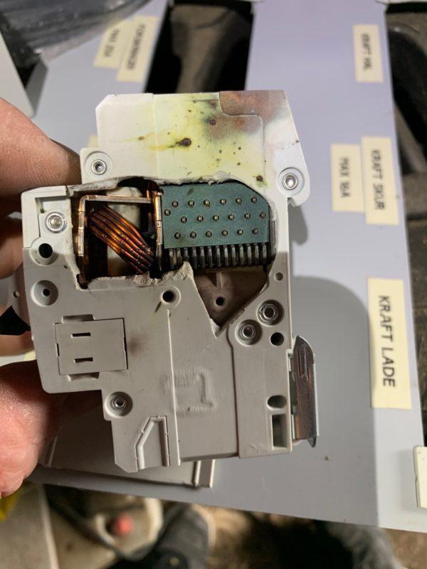 Sikringsgruppe fra siden - Lyn kan have store konsekvenser for din elektronik